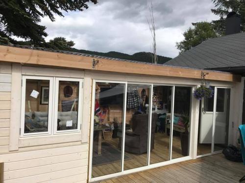 Montering av vindu å skyvedører i sommerstue
